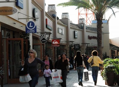 Citadel Outlets: People shopping