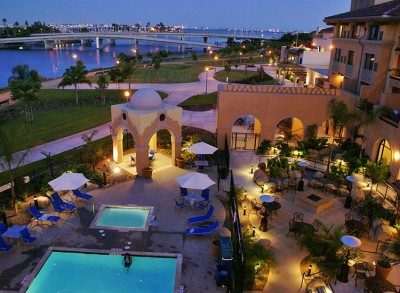 Courtyard by Marriott Liberty Station Resort: Pool, jacuzzi and grounds