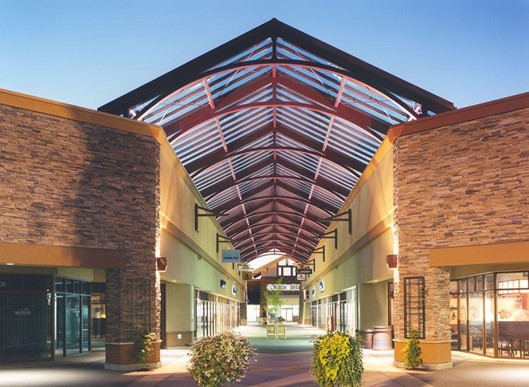 Woodburn Company Stores: Mall corridor